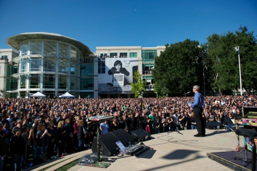 19October 19 Employee Celebration of Steve Jobs Life 1 520x346 Apple pays tribute to Steve Jobs with memorial at 1 Infinite Loop [Video]