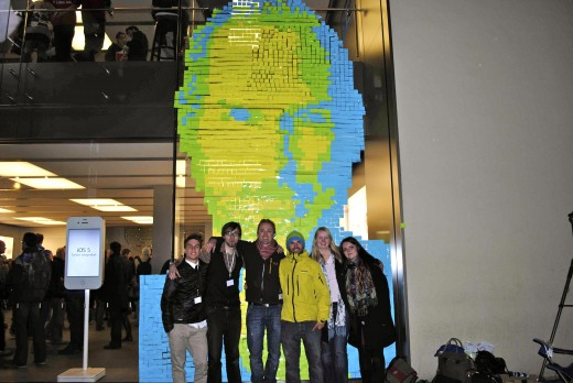 steve jobs postit iTeam1 520x348 Fans design Steve Jobs portrait out of 4,001 Post it Notes at Apple Store
