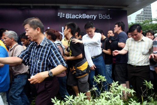 ALeqM5h4ziHl28SuW0yWhVhXw 6YmY5ZdQ 520x348 3000 people line up for a smartphone launch...and it's a BlackBerry?