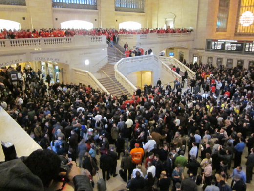 gct opening 520x390 Massive crowds gather for Apples Grand Central Terminal NYC store opening