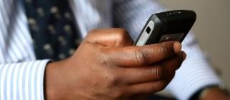 Homme d'affaires composant un texto