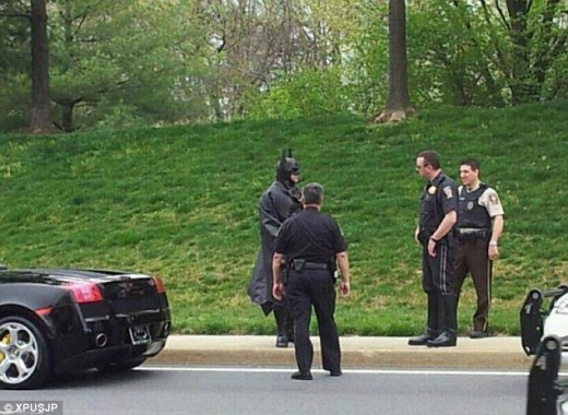 article 2119706 124F4F81000005DC 859 634x464 520x380 Batman gets pulled over by the police for not having a license plate on his Batmobile