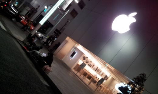 ipad tokyo 520x312 First in line: Apple fans begin queuing for the new iPad in Japan
