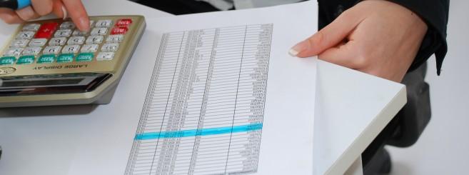 femme comptant avec une calculatrice