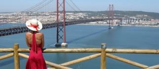 Frau vor Ponte 25 de abril