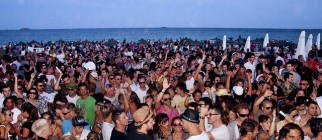 un mar de gente at Ushuaia Closing Party by nemesisdesign
