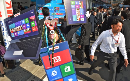 sandwichboard windows 8 2 520x326 Windows 8 Sandwich Board Man wishes you a happy launch day