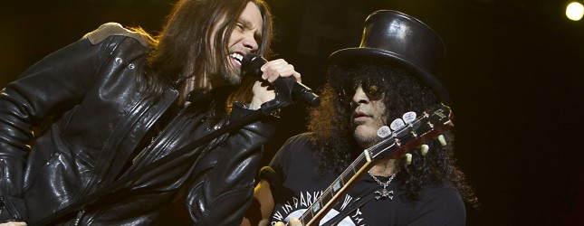 Former Guns 'n Roses guitarist Slash (R) performs during a concert with Myles Kennedy (L) and the Conspirators in the Heineken Musical Hall in Amsterdam on June 10, 2012.  AFP PHOTO/ ANP / PAUL BERGEN netherlands out – belgium out        (Photo credit should read PAUL BERGEN/AFP/GettyImages)