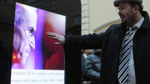 1 520x294 Giant iPhone unveiled in Russia as a memorial for Steve Jobs