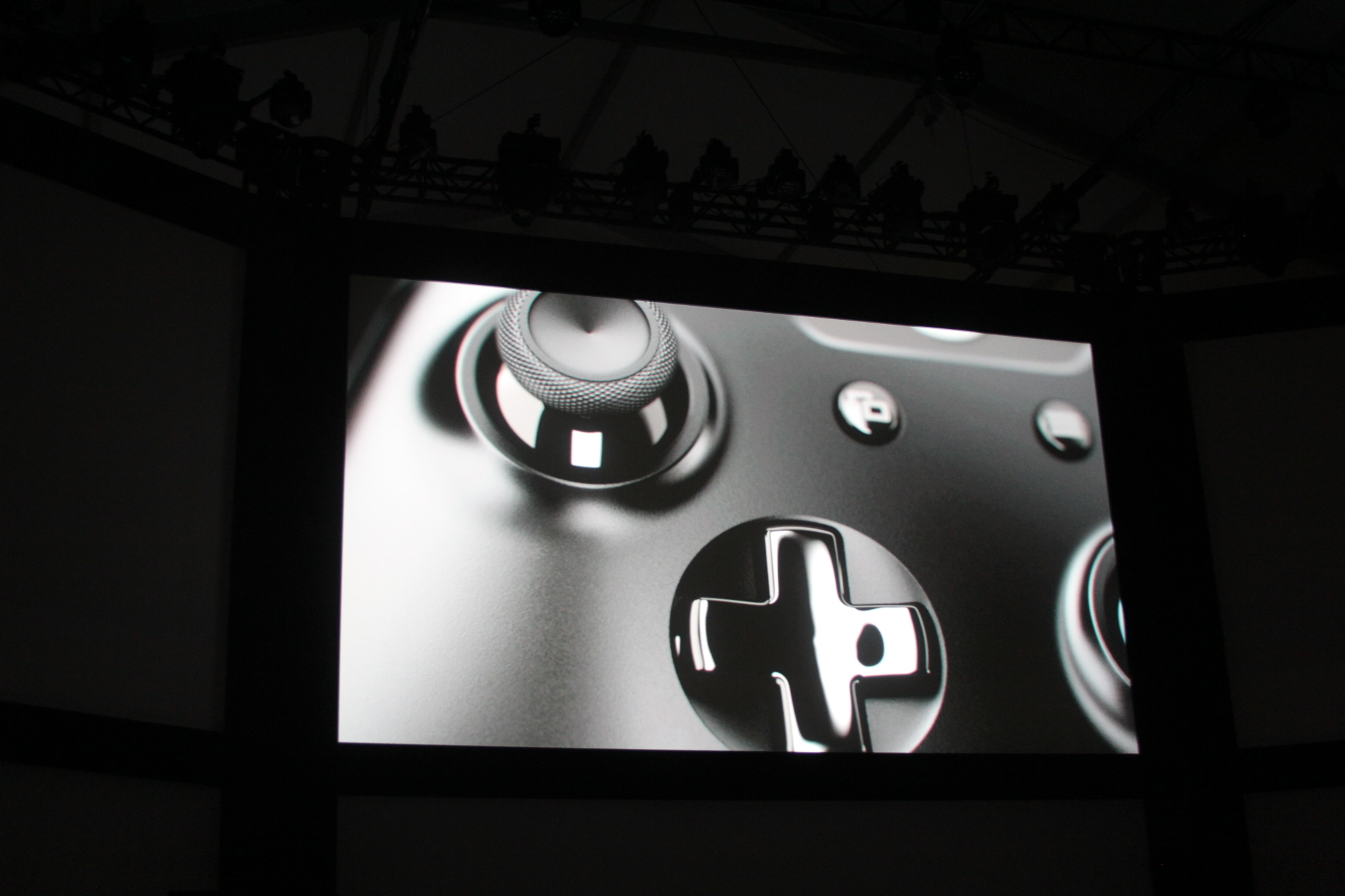 0013 Microsoft introduces new controller for Xbox One console with redesigned d pad