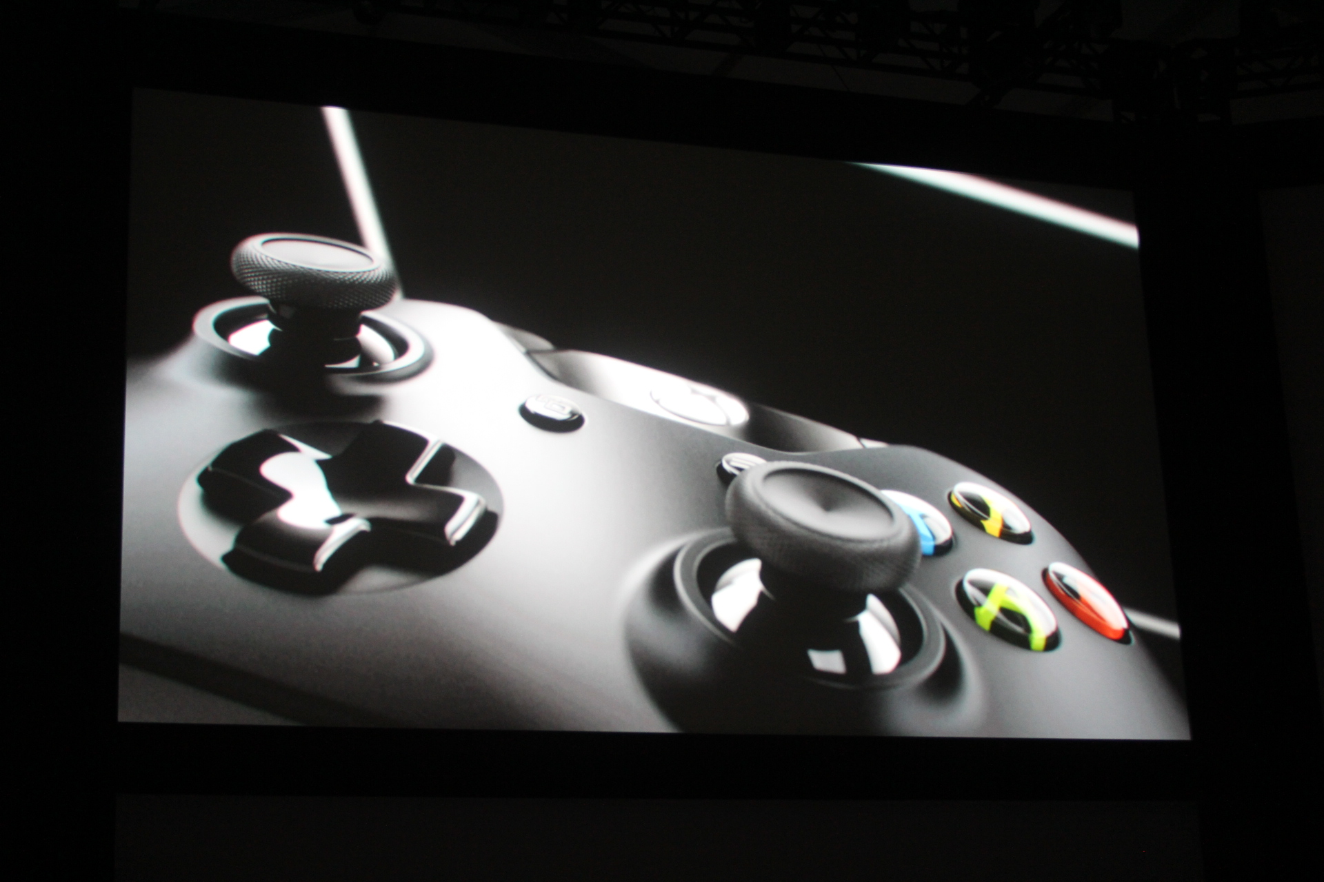 0016 Microsoft introduces new controller for Xbox One console with redesigned d pad