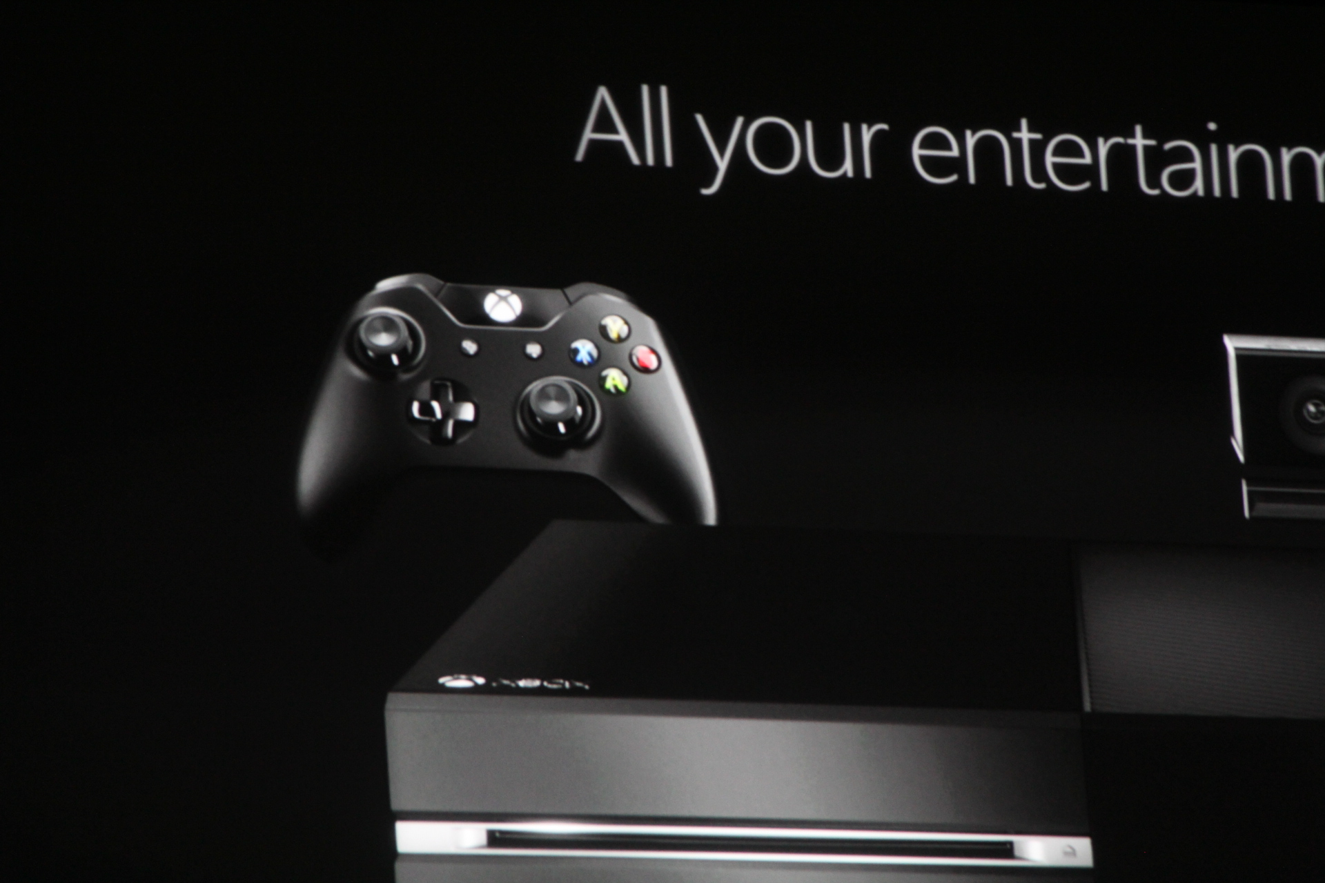 0018 Microsoft introduces new controller for Xbox One console with redesigned d pad