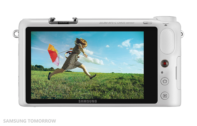 0310 Samsung unveils the NX2000, a 20.3MP compact system camera that connects with Android and iOS devices