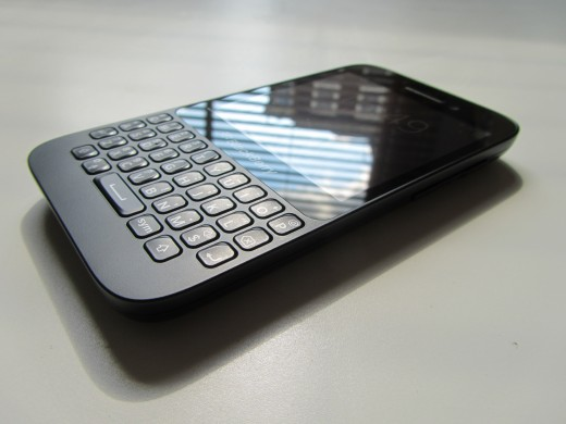 BB Q5 side2 520x390 BlackBerry Q5 review: Can BlackBerrys mid range hopeful best the rest?