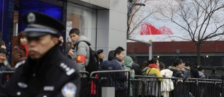Customers queue to buy the new iPhone 4S