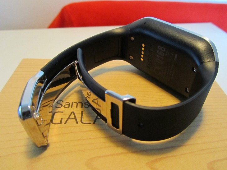 Gear clasp 730x547 Samsung says it has shipped 800,000 Galaxy Gears in two months (Update)