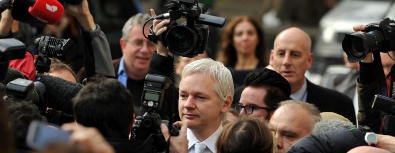 WikiLeaks founder Julian Assange (C) wal