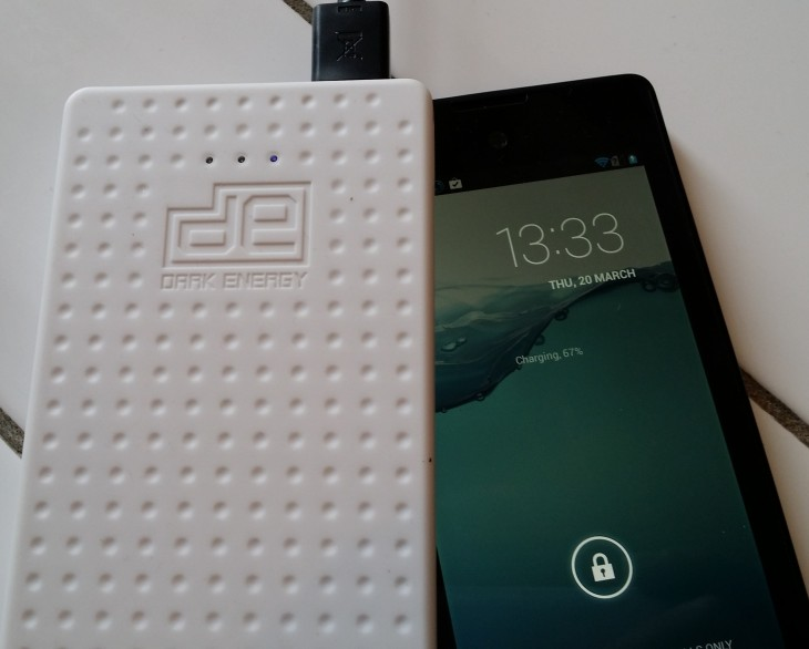 DarkEnergyCharging 730x586 Dark Energy Reservoir review: An 8,000mAh slimline battery pack for charging two devices at once