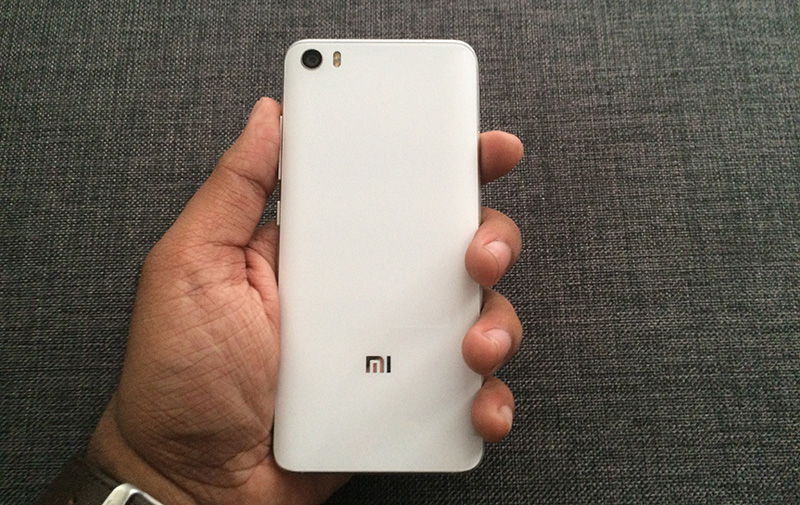 The 3D glass back of the Mi 5 is smooth to a fault