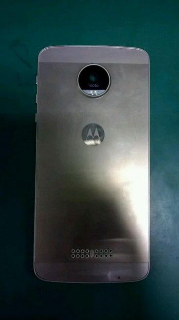 This photo of the 2016 Moto X first made rounds in December