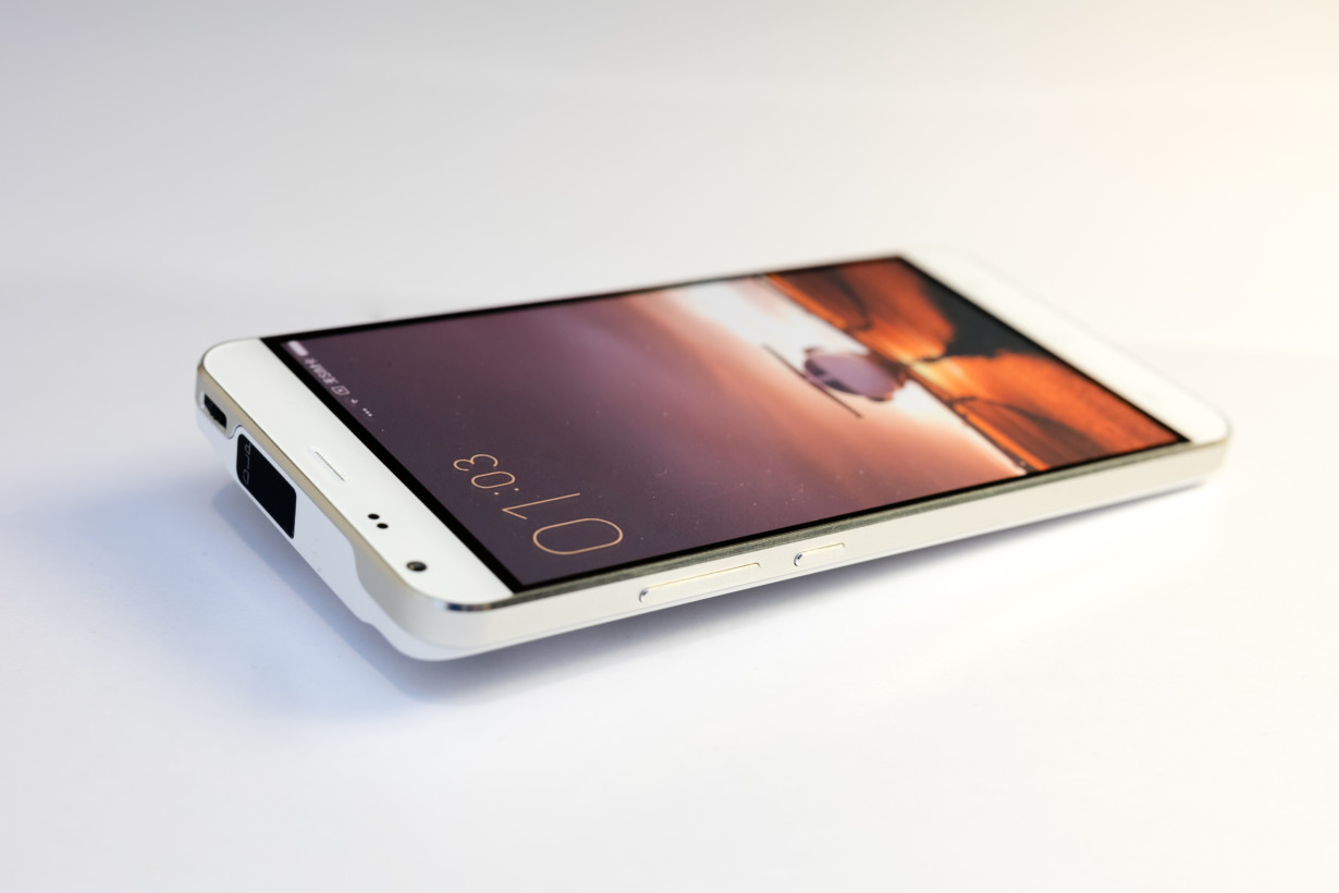 This 7-inch 'phone' packs Android, Windows, and a projector